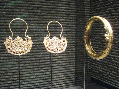 Sold gold jewellery from Egypt 12th-13th century