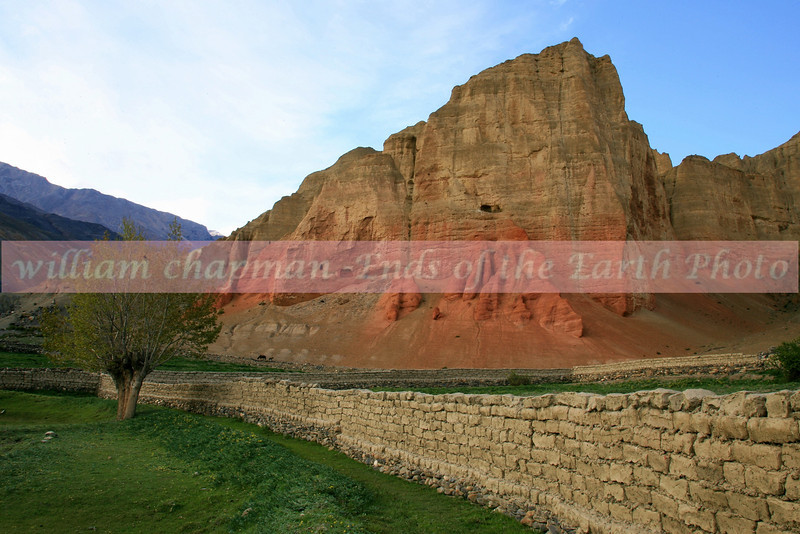 Drakmar village wall and cliffs- Mustang