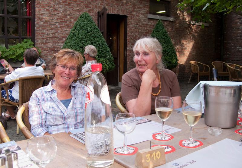 In het Corsendonck Hof - Mia en Lizi