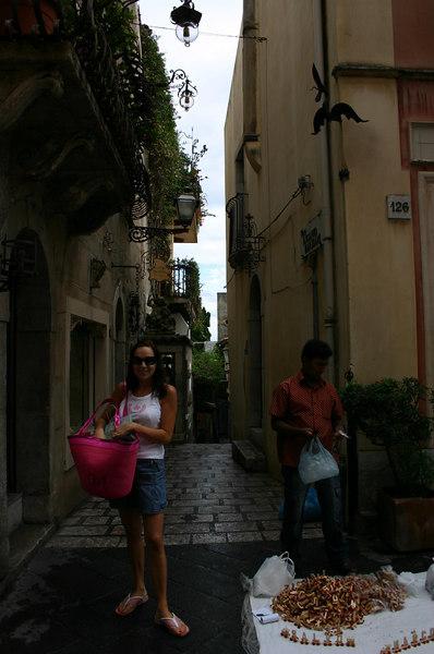 Janika Taormina peatänava ääres