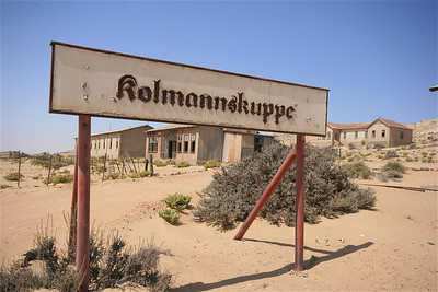 Kolmannskuppe, Namibië. Het spookstadje Kolmanskop, waar begin vorige eeuw diamanten werden gevonden. Sinds de diamantmijn is gesloten, trokken alle inwoners weg en lieten de huizen na aan de woestijn.