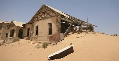 Badderen in het woestijnzand. Kolmanskop, Namibië.