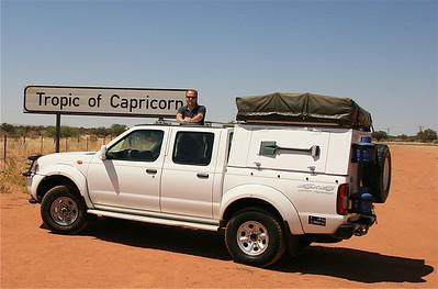 On the road met onze stoere Nissan 4x4. Tropic of Capricorn (steenbokskeerkring), Namibië.