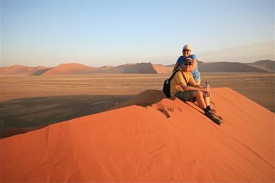 Teamfoto op Dune 45. Namib Naukluft, Namibië.