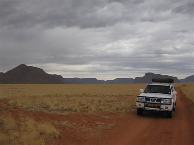 Donkere wolkenflarden hangen boven de Namib woestijn. D707, Namibië.