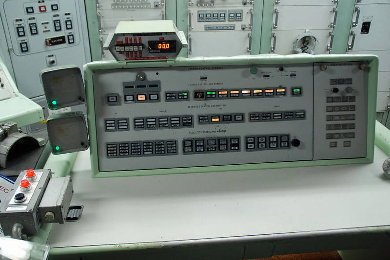 """The commander's launch console.  The key (below the """"000"""") must be turned and held for five seconds to launch the missile (at the same time as the key in the enlisted console is turned)."""