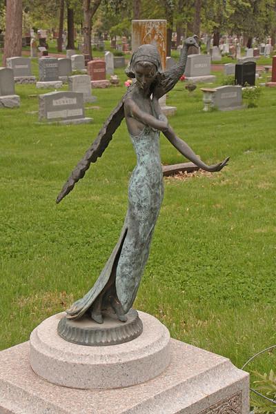 An art deco-like statue marking the Pegram grave.