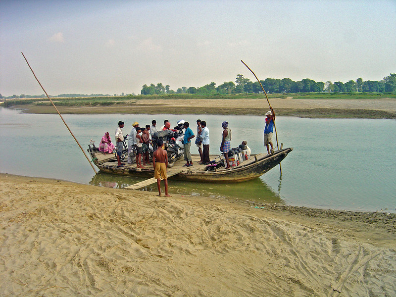 'Ferry' crossing between Bahadurganj and Taulihawa