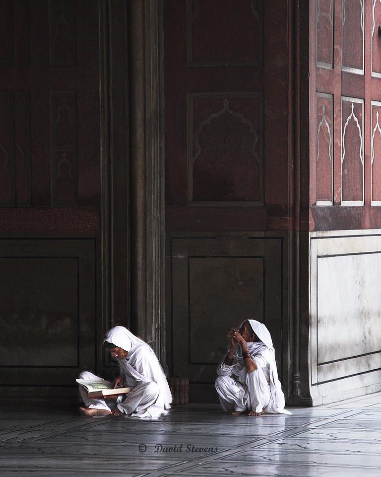 2 women in Jama Masjid Mosque18