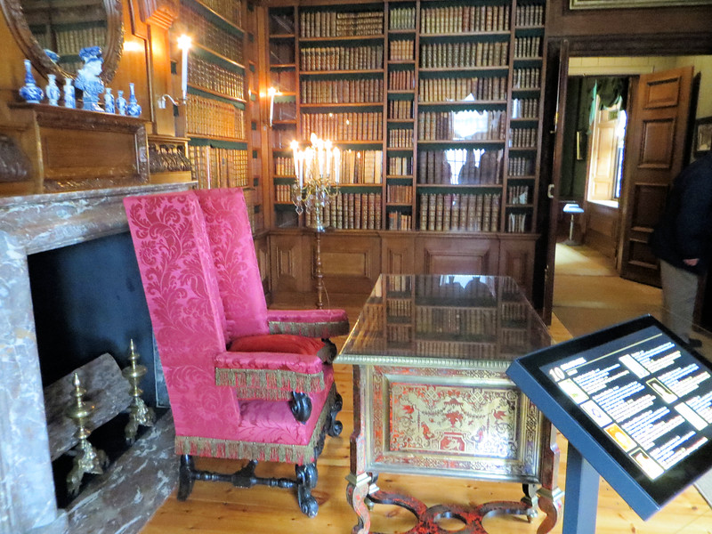 "The library of King-Stadtholder Willem III.  It was originally used as a porcelain ""cabinet"" (the term used for any small, private room) for Queen Mary II.  After her death from smallpox at the age of 32, Willem had the room redone as a library."