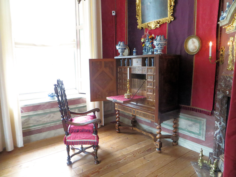 "I believe this is the ""cabinet"" of King-Stadtholder Willem III, where he would write letters and sign documents."