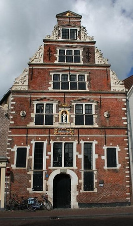 A nice early-Renaissance facade graces this former hospital, which dates from 1563.  It's now used for exhibitions of the work of local artists. It's also known as Boterhal (butter hall), a reminder of the period when butter and eggs were sold here.