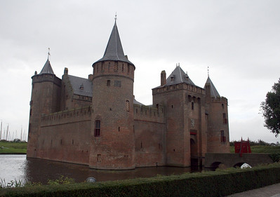 My first glimpse of Muiderslot, we are hoping it doesn't rain - of course its going to !!!!  This castle is magnificient !!!! The history of the Muiderslot (Castle Muiden, where muiden means rivermouth) begins with Count Floris V who built a stone castle at the mouth of the river back in 1280, when he gained command over an area that used to be part of the See of Utrecht. The River Vecht was the trade route to Utrecht, one of the most important tradetowns of that age. The castle was used to enforce a toll on the traders.