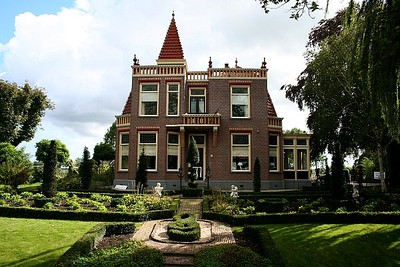 Twiskerslot, which was once a very majestic home, now a restaurant.  It use to be owned by a famous pianist Wibi Soerjadi, who used to hold concerts in his home and in his garden.  He was also a Mickey Mouse freak, and lots of replicas of Mickey adorned his home.