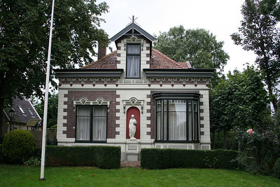 Another house along the main road in Midwoud.