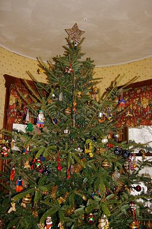 North America, USA, Vermont, Manchester Center. The Christmas tree at the Manchester Highlands Inn.