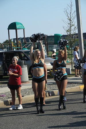Philadelphia Soul Cheer Leaders encourage the runners.