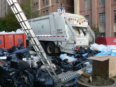 Det märks att det genereras enorma mängder avfall i slit-och-släng-samhället nr 1. Trots detta var de flesta gator förvånansvärt rena