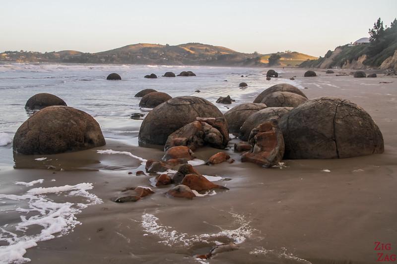 Die Moeraki Felsbrocken liegen bei Mitte der Gezeitenzeit