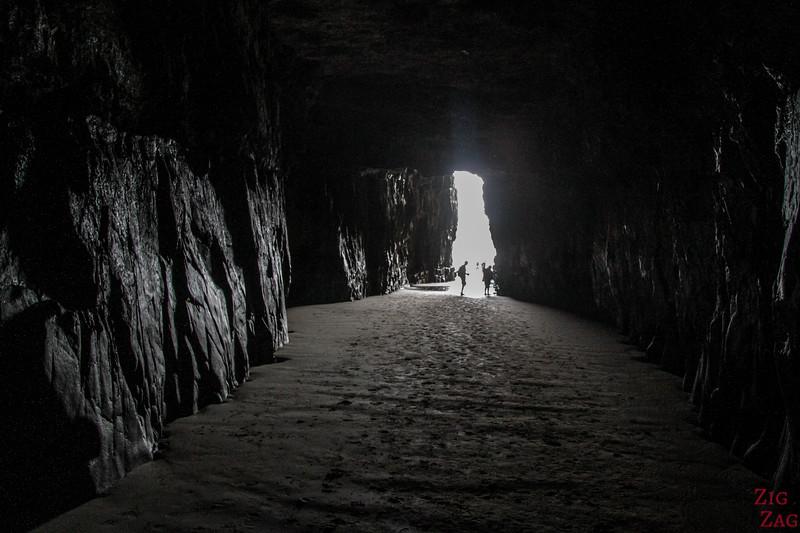 A l'intérieur des Cathedral Caves à marée basse - tunnel 2