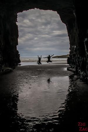 A l'intérieur des Cathedral Caves à marée basse - reflets