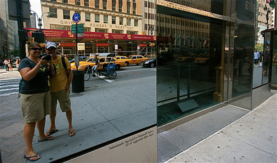 Uit de reeks: 'Spiegelbeeld.' Fifth Street, Manhattan, New York, USA.
