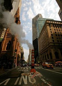 Rokende putten @ Fifth Avenue. Midtown, Manhattan, New York, USA.