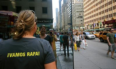 Uit de reeks: 'Spiegelbeeld.' Vamos Rafa! Fifth Street, Manhattan, New York, USA.