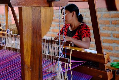 Weaving at Telares indigenas de El Chile.