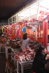 Mercado - Meat with no ice and dog looking for scraps