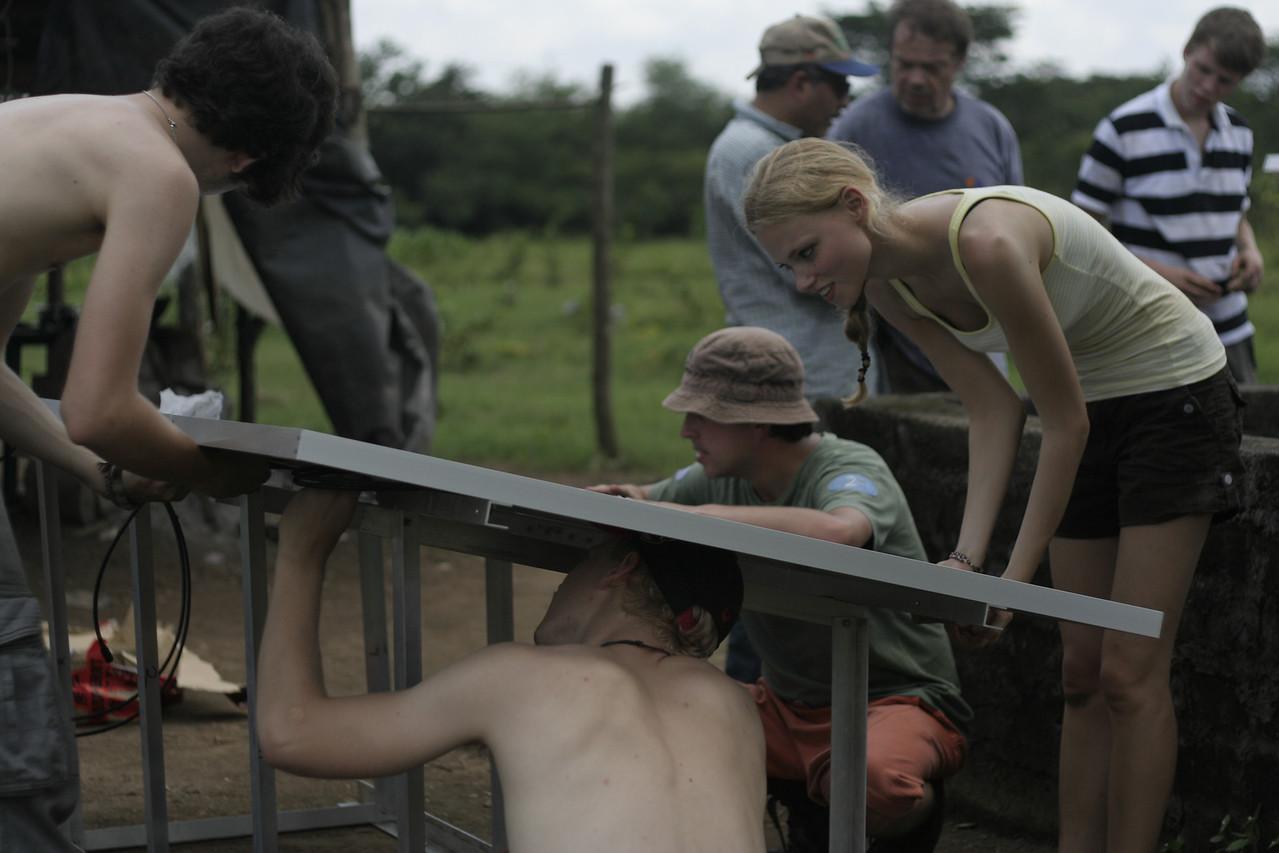 Caro, Erik und  Dima montieren die Module auf das vorgefertigte Alugestell.