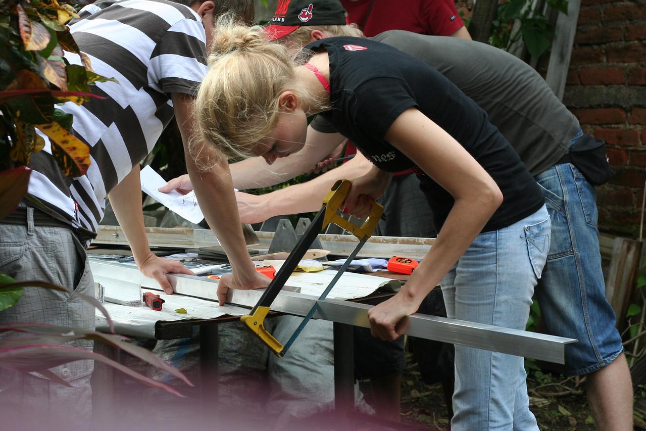 Die ersten L-Profile werden gerade für die Konstruktionen der Solar-Panele gebaut.