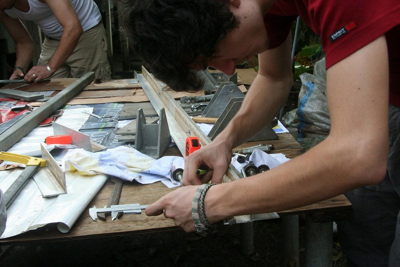 Dima zeichnet die Bohrlöcher für die Erweiterungskonstuktion ein.