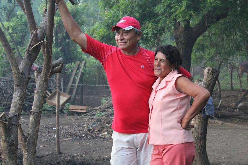 Das glückliche Bauernpaar freut sich über den Aufbau ihrer neuen Anlage.