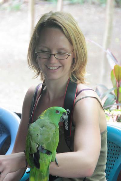 Hannah mit dem sprechenden Papageien. Sein Lieblingswort: Frida.