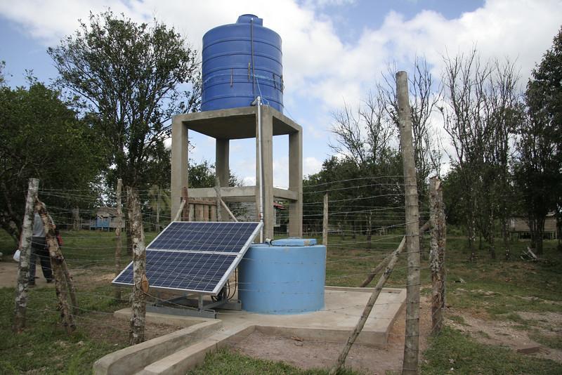 """Eine Trinkwasseranlage in einem Dorf nahe Waspam am Grenzfluss (""""Coco"""") zu Honduras."""