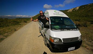 On the road met Freedom campertje. Zuidereiland, Nieuw-Zeeland.