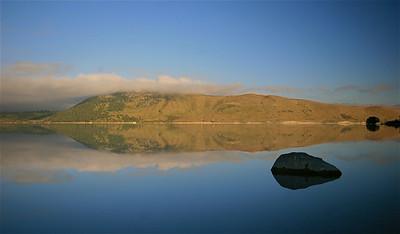 Spiegeling in Lake Tekapo. Tekapo, Zuidereiland, Nieuw-Zeeland.
