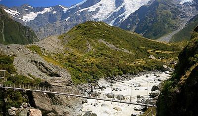 Nic op de swingbridge. Hooker Valley Track, Mount Cook National Park. Zuidereiland, Nieuw-Zeeland.