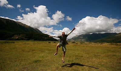 Uit de reeks: 'Jump!'  Klondyke Corner, Arthur's Pass NP. Zuidereiland, Nieuw-Zeeland.
