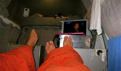Lekker knus met oom Lionel in de Freedom Camper. Noordereiland, Nieuw-Zeeland.