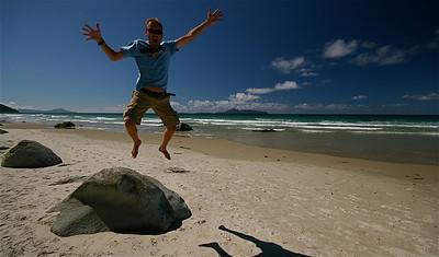 Uit de reeks: 'Jump!' Mangawhai Beach, Northland. Noordereiland, Nieuw-Zeeland.
