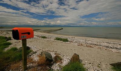 Brievenbussen op het strand in Kaiaua, Firth of Thames. Noordereiland, Nieuw-Zeeland.