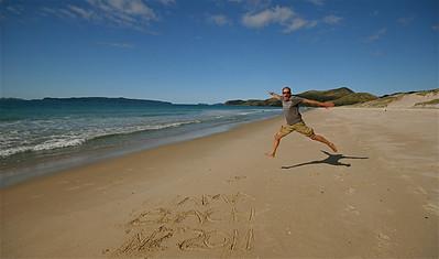 Uit de reeks: 'Jump!' Otama Beach, Coromandel Peninsula. Noordereiland, Nieuw-Zeeland.