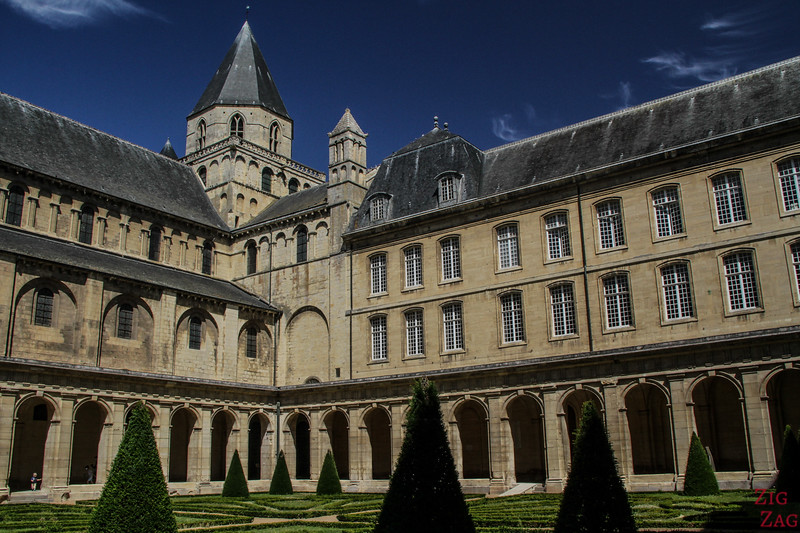 Abbayes-aux-hommes cloister