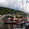 Přístavní město Bergen. Zde se těžko a dlouho hledalo místo pro stan :)