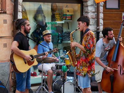 Street music at Lazise. Lago di Garda