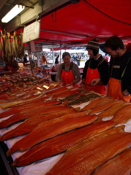 Mercado de Salmon. Los vendedores son estudiantes españoles