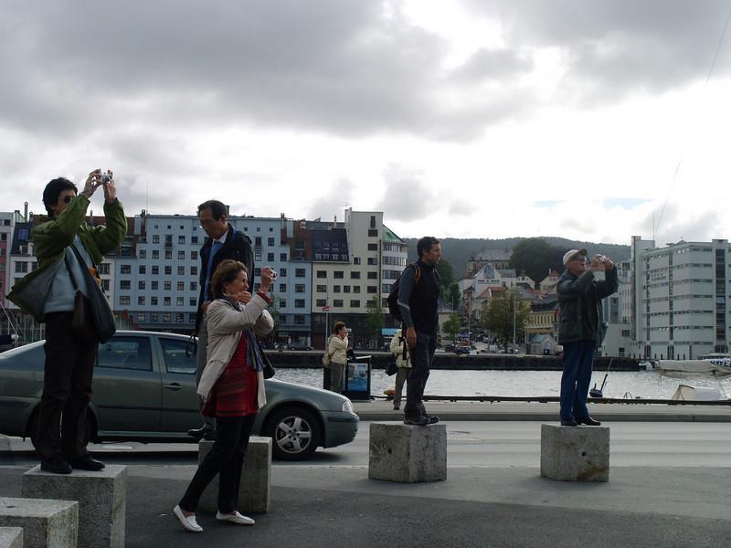 Turistas tomando fotos en Bergen
