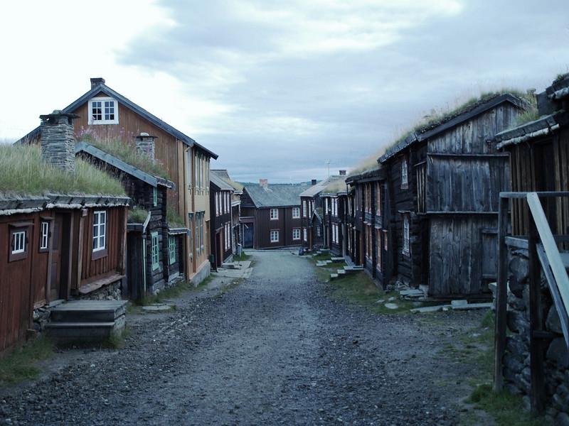 Roros, un pueblo minero del centro de Noruega con sus casas de madera y tejado de hierba. La belleza de sus casas de madera le ha valido convertirse en Patrimonio Mundial de la Unesco